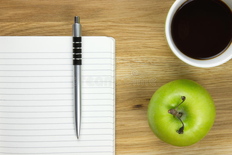 Papel y bolígrafo-pluma de escribir en el escritorio de madera imagen de archivo libre de regalías