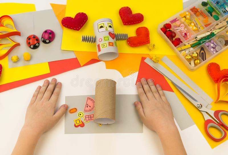 Papel y cartulina del robot de los artes de los niños El niño muestra una clase principal imagen de archivo