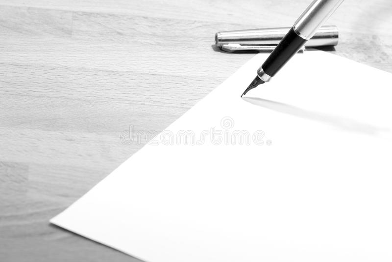 Papel y una pluma foto de archivo