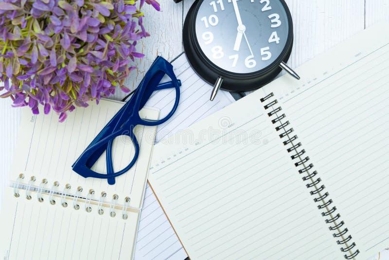 Papel y vidrios en blanco del cuaderno con la pluma y los materiales de oficina, t imágenes de archivo libres de regalías