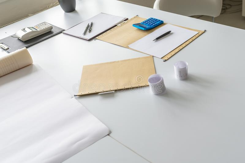 Papeleo, calculadora y carpetas en un escritorio de oficina foto de archivo