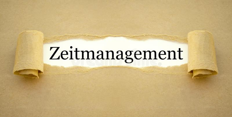 Papeleo con la palabra alemana para la gestión de tiempo - zeitmanagement fotos de archivo libres de regalías