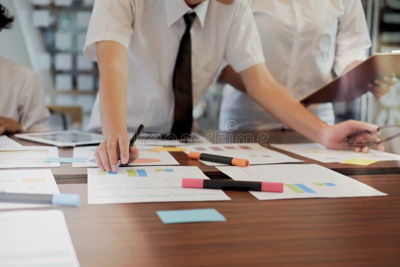 Papeleo de trabajo del negocio del equipo en la tabla imagenes de archivo