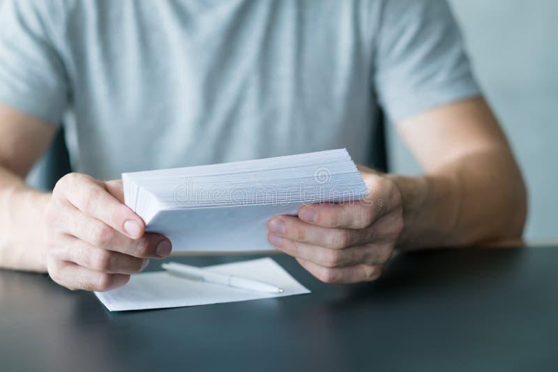Papeleo que envía letras de invitación del hombre del correo fotografía de archivo libre de regalías