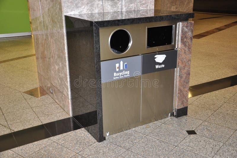 Papelera de reciclaje cercana para arriba de zona de la consumición dentro del lugar de Brookfield de Toronto fotos de archivo