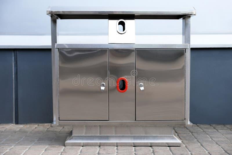 Papelera de reciclaje moderna del metal en la calle foto de archivo libre de regalías