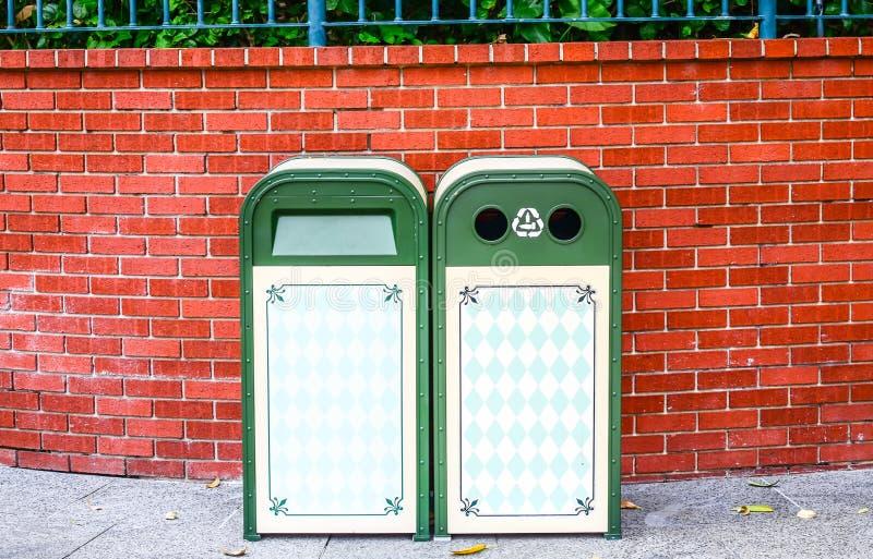 Papelera de reciclaje verde del diseño del hierro fotos de archivo libres de regalías