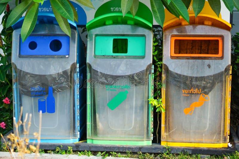 Papeleras de reciclaje, basura limpia y disciplina de MultiColorful fotos de archivo