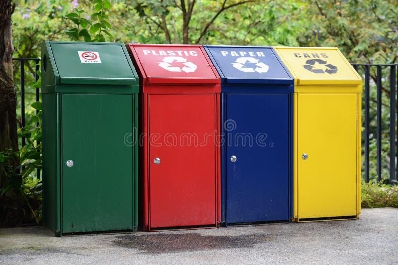Papeleras de reciclaje coloreadas foto de archivo libre de regalías