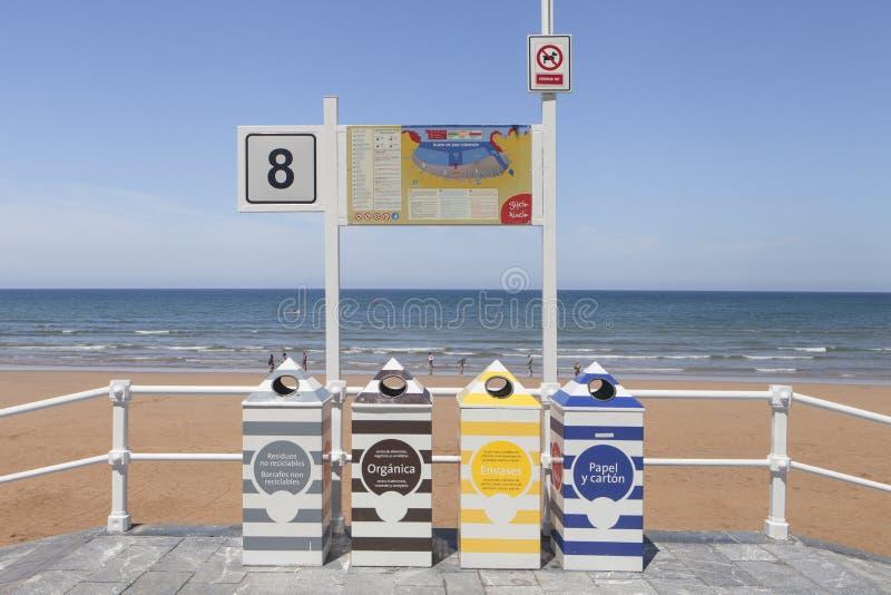 Papeleras de reciclaje divididas con diversos colores en la playa de Gijón fotos de archivo libres de regalías