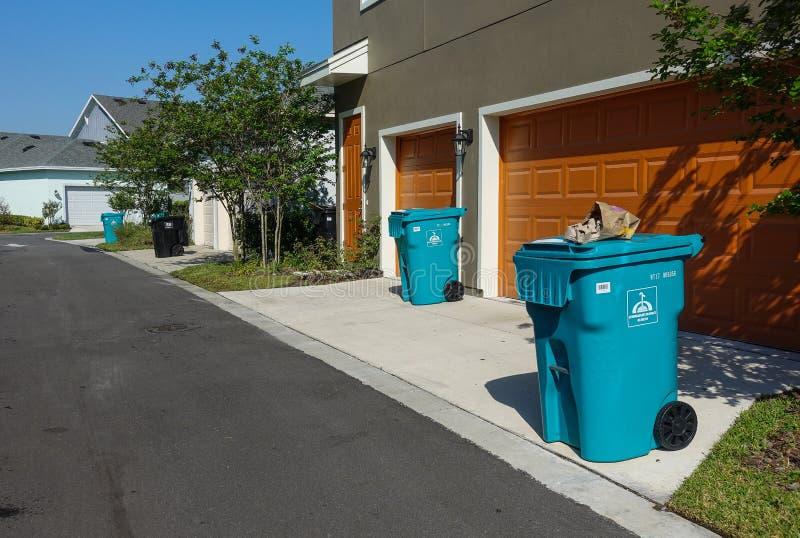 Papeleras de reciclaje hacia fuera en el encintado imagen de archivo