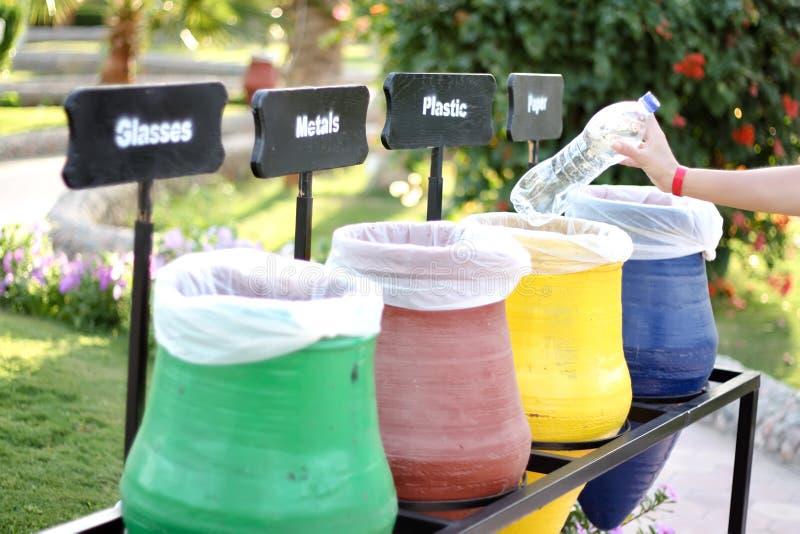 Papeleras de reciclaje coloridas fotografía de archivo