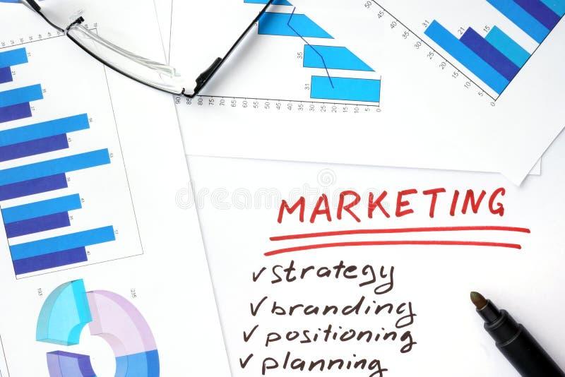 Papeles con los gráficos y el márketing imagenes de archivo