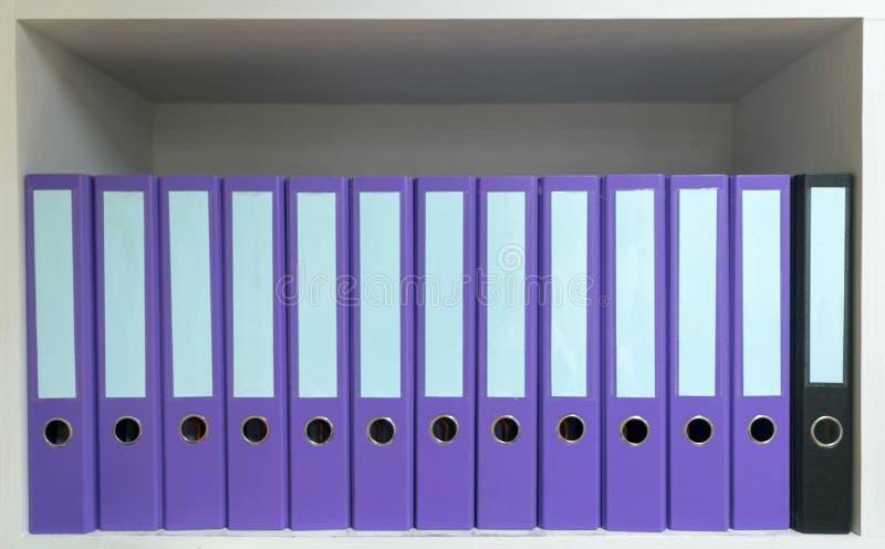 Papeles de la carpeta de archivos colocados en documentos del gabinete fotos de archivo