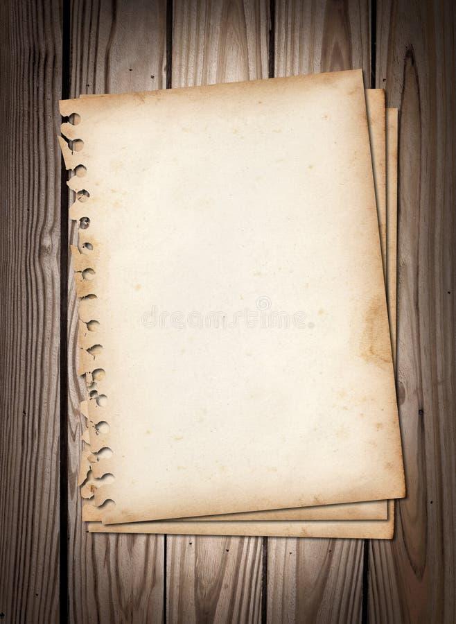 Papeles de nota viejos en textura de madera marrón fotografía de archivo libre de regalías
