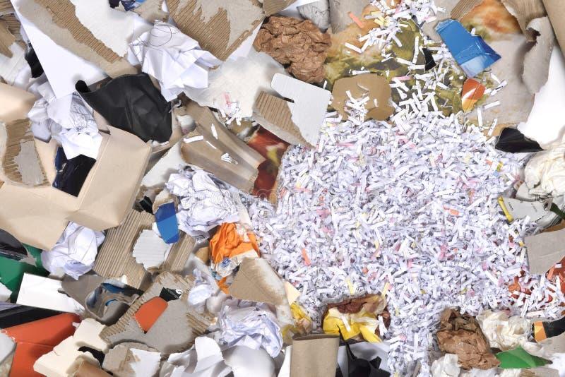 Papeles dentro de un envase que se reciclará, fotografía de archivo libre de regalías