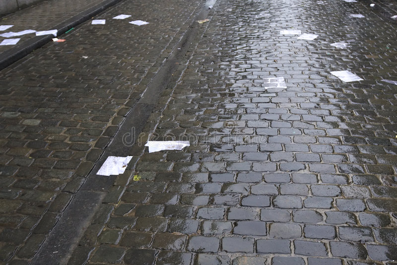 Papeles en la calle fotos de archivo
