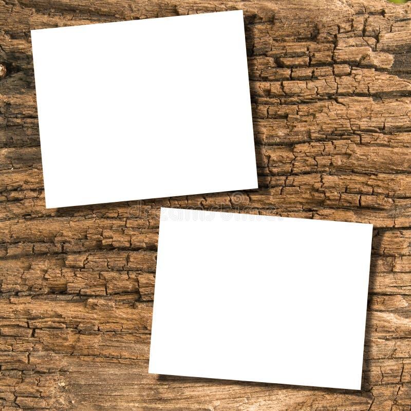 Papeles en la madera fotos de archivo