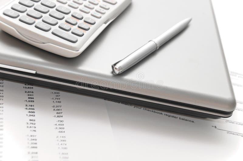 Papeles financieros y herramientas para analizarlos imagen de archivo