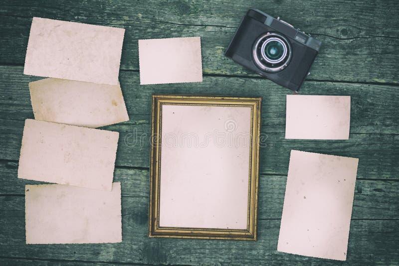 Papeles vacíos con la cámara retra de la foto fotografía de archivo libre de regalías