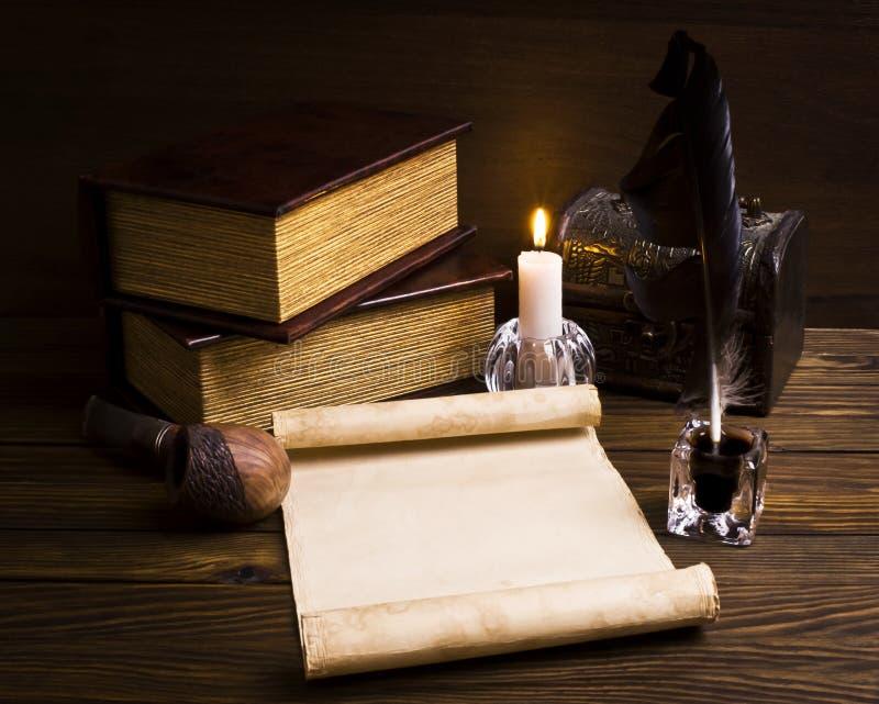 Papeles y libros viejos en un vector de madera imagen de archivo