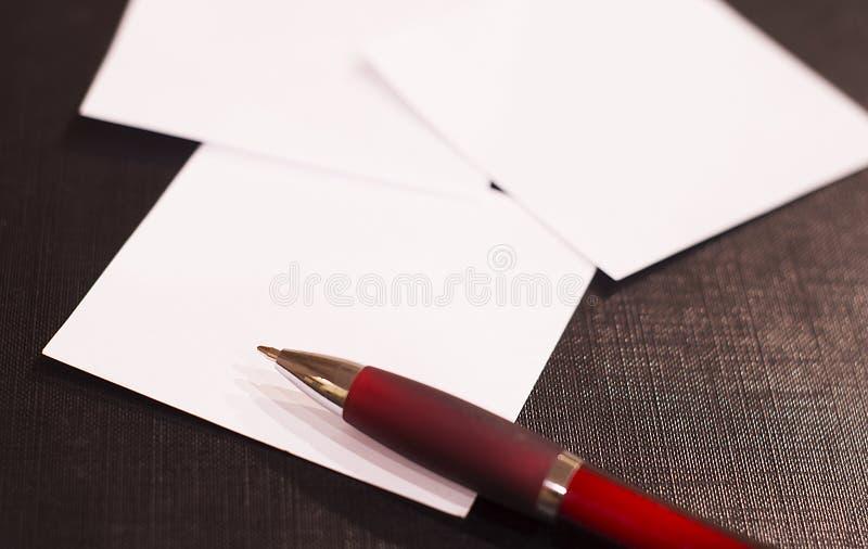 Papeles y pluma de nota imagen de archivo