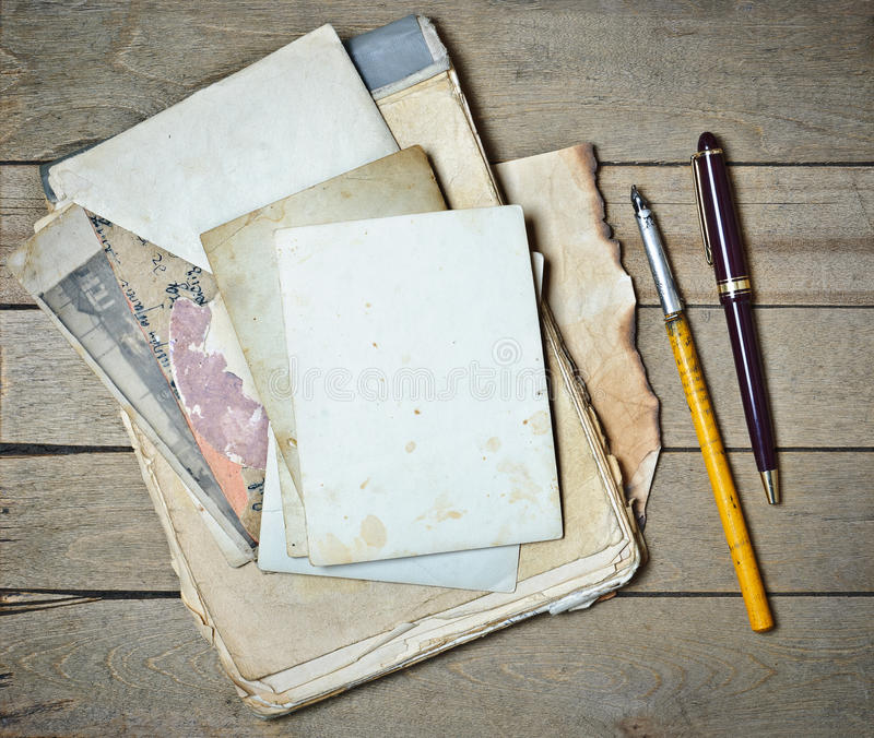 Papeles y pluma viejos del cuaderno del vintage fotos de archivo libres de regalías