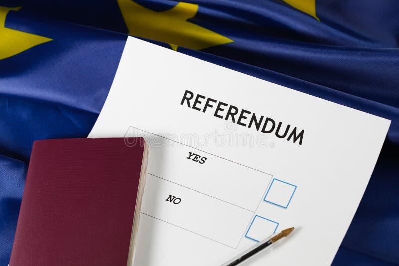 Papeleta electoral del referéndum de la UE, pluma negra, y pasaporte en la tabla fotos de archivo