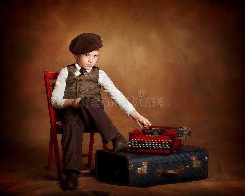 Paperboy avec la machine à écrire et la valise photo stock