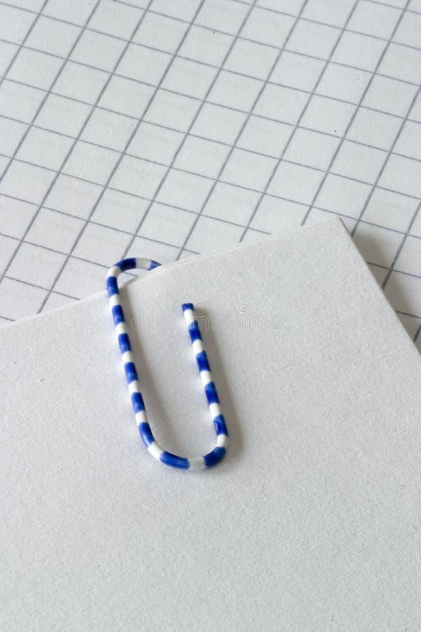 Paperclip en nota stock afbeelding