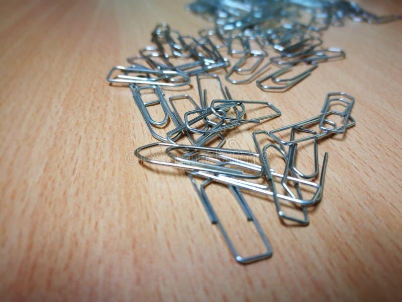 Paperclips на деревянном столе стоковая фотография rf