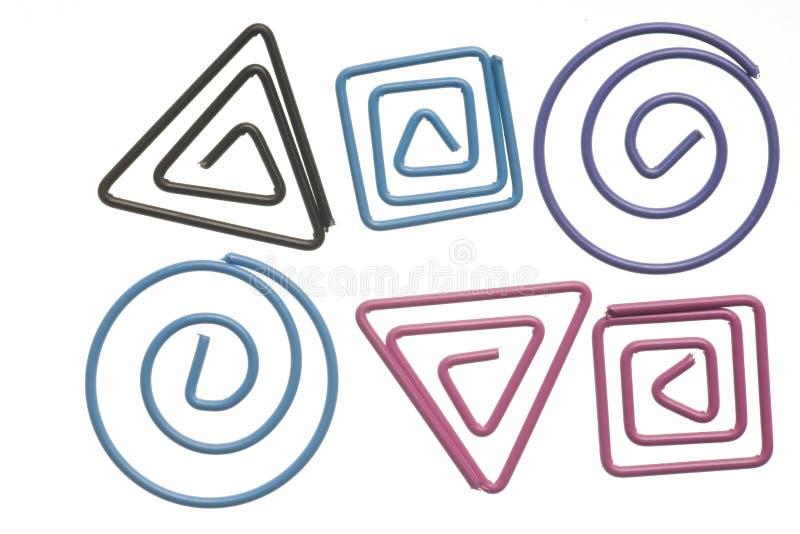Paperclips coloridos isolados no branco. imagens de stock royalty free