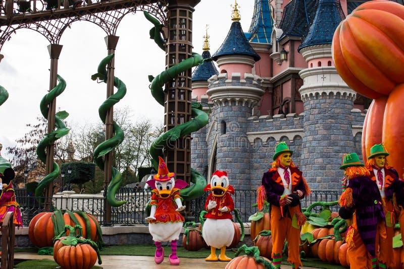 Paperino e margherita durante le celebrazioni di Halloween a Disneyland Parigi fotografia stock
