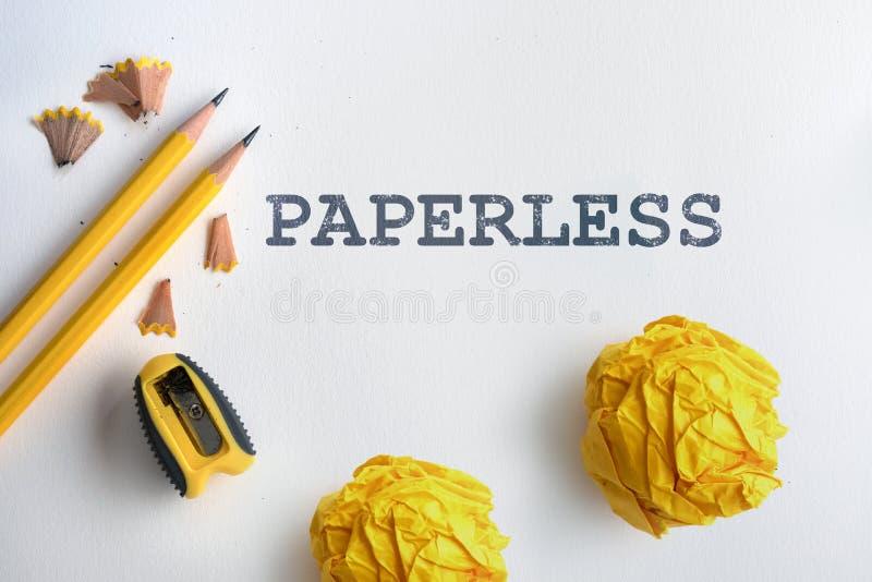PAPERLESS tekst en Geel potlood en een geel verfrommeld document verstand stock afbeeldingen