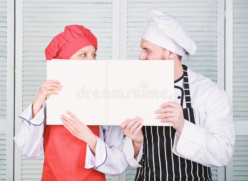 paperwork. Σεφ και μάγειρας με άδειο βιβλίο λογαριασμών. Τήρηση βιβλίων για  στοκ φωτογραφία με δικαίωμα ελεύθερης χρήσης