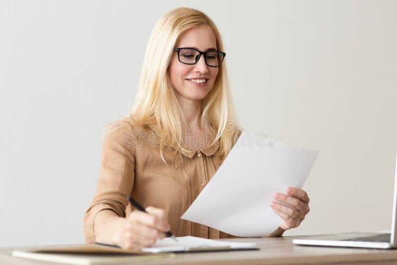 paperwork Gerente financeiro f?mea Working With Documents fotografia de stock royalty free
