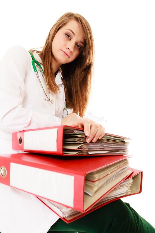 paperwork Zapracowana doktorska kobieta z dokumentami fotografia royalty free