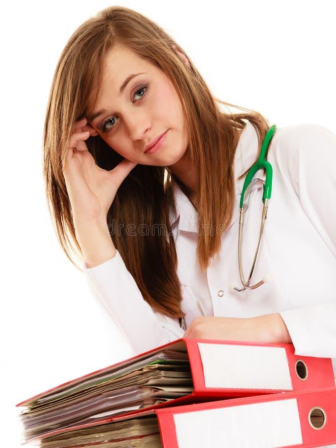 paperwork Zapracowana doktorska kobieta z dokumentami obraz stock