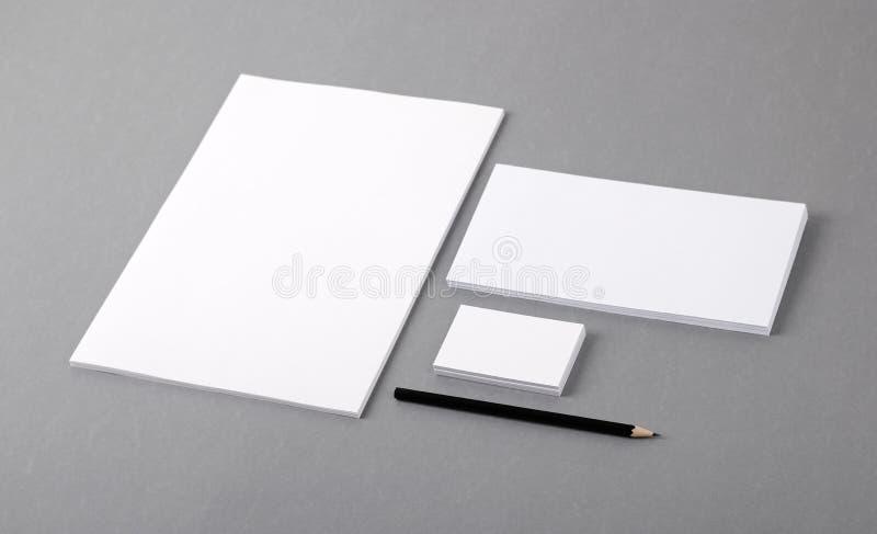 Papeterie de base vide. En-tête de lettre plat, carte de visite professionnelle de visite, enveloppe image stock