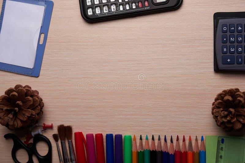 Papeterie de bureau et d'école sur la table photos stock