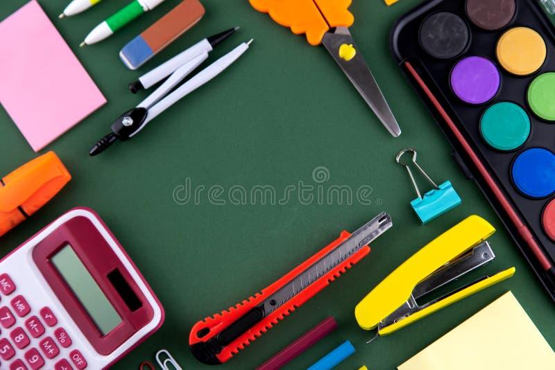 Papeterie de fournitures de bureau d'école sur un bureau vert de fond avec l'espace de copie De nouveau au concept d'?cole photos stock
