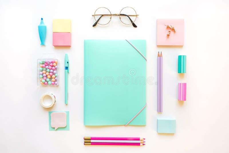 Papeterie, ensemble de fille aux couleurs pastel Sur le fond blanc, flatlay, d'isolement, faux  Vue sup?rieure Copiez l'espace images libres de droits