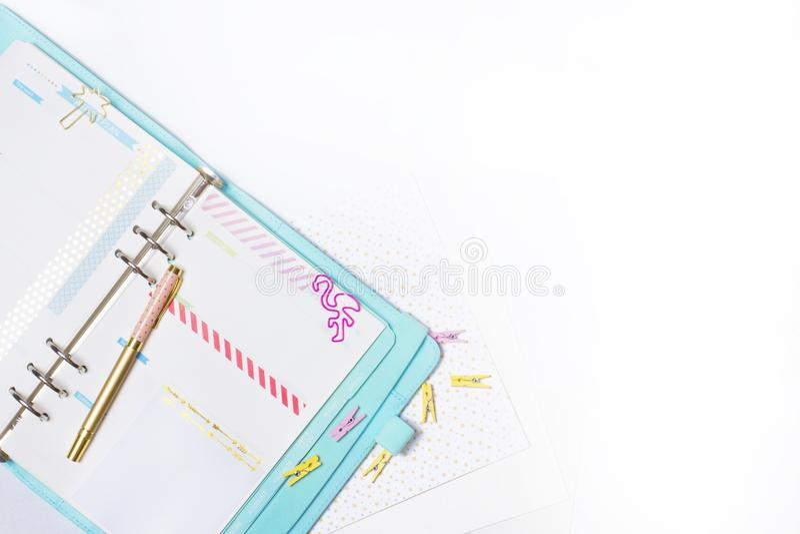 Papeterie féminine : la reliure de papier colorée coupe la paume et le flamin photo stock