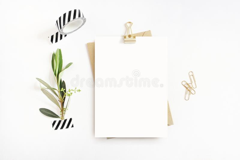 Papeterie féminine, scène de bureau de maquette Carte de voeux vierge, enveloppe de métier, bande de washi et papier d'or, reliur photos stock