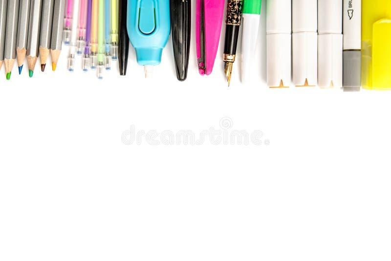 Papeterie ou fournitures scolaires de bureau d'isolement sur le fond blanc photographie stock libre de droits