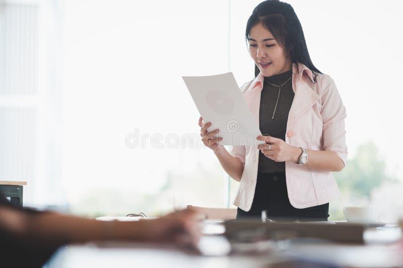 Papework de gestion femelle exécutif asiatique photographie stock libre de droits