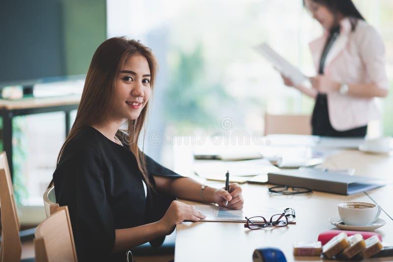 Papework de gestion femelle exécutif asiatique image stock