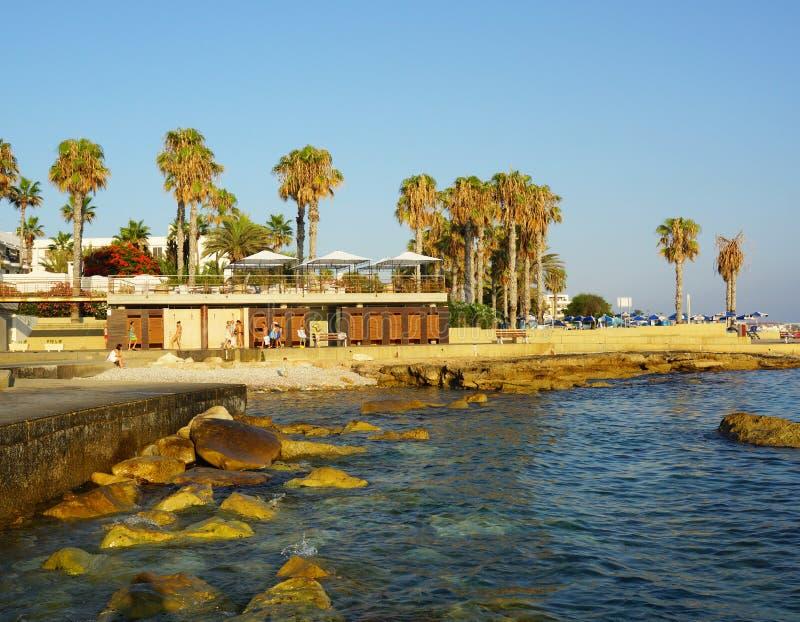 Download 塞浦路斯的海岸 编辑类照片. 图片 包括有 游人, 人们, 结构树, beauvoir, 塞浦路斯, 海运 - 30325026