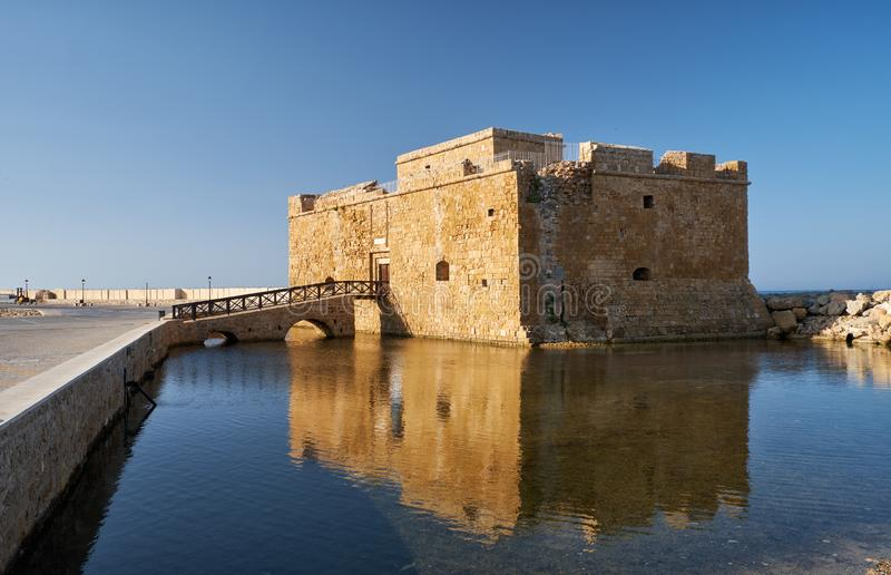 Paphos Castle, aan de rand van de haven van de stad Cyprus stock afbeelding