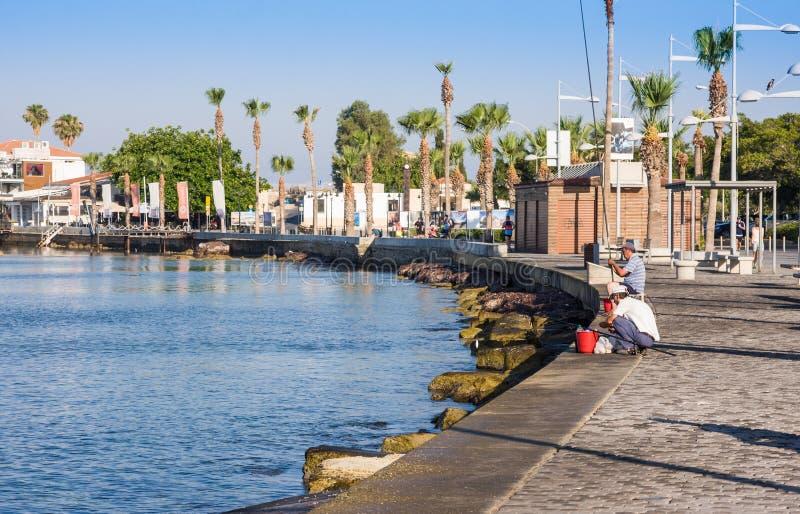 PAPHOS, CHYPRE - 12 juillet 2017 : Vue de remblai au port de Paphos, Chypre Pêcheurs sur le remblai images libres de droits